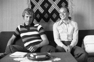 Pauli och Mona-Lisa Pursiainen sitter hemma 1973.