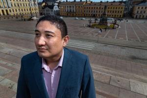 Suomalainen uiguuri Harri Uyghur Helsingin Senaatintorilla.