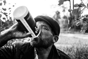 Mies juo T-spriitä pullonsuusta