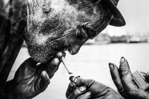 Alkoholisti antaa toiselle tulta tupakkaan