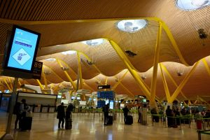Passagerare köar till terminal 4 på Madrid-Barajas flygplats 16.5.2020