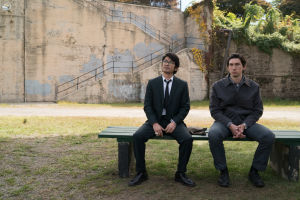Kaksi miestä puiston penkillä elokuvassa Paterson.