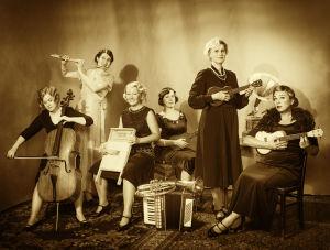 Vanhahtavassa 10-vuotisjuhlakuvassa Merry Ladies -yhtye poseeraa instrumenttien kanssa