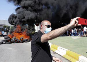 """Flera demonstranter brände bildäck och utropade """"krig"""" mot Nissan-ledningen."""