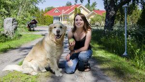 Sofia Svevar med hunden Casper
