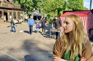 Darja Trizna står framför gatumatsevenemanget i Kalnciema kvartāls.