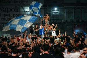 Napolifans firar cupseger i klunga med flaggor.