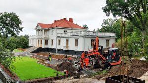 Framsidan av Söderlångvik herrgård, byggarbete pågår framför huset.