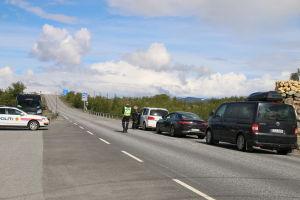 Norsk polis kollar bilisternas id i juli vid finlands och Norges gräns.