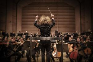 Kapellimestari Santtu-Matias Rouvali (selin) johtaa Tampere Filharmoniaa Tampere-talon salissa.