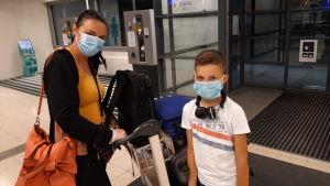 Nora ja Jon Bairami Turun lentokentällä.