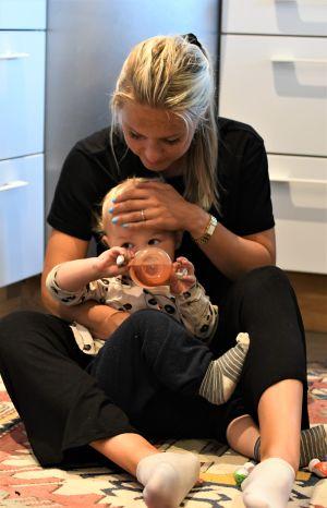 Nina Chydenius hemma med sonen Adrian, 1 år..