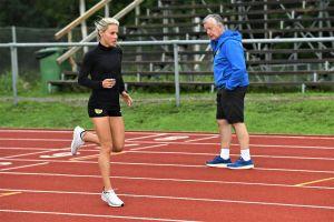 Nina Chydenius tränar under Håkan Prests vakande öga.