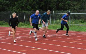 Nina Chydenius tränar löpning med sina klubbkamrater.