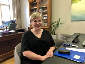 Vetenskaps- och kulturminister Annika Saarikko i sitt arbetsrum på ministeriet