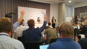 På presskonferensen med den belarusiska oppositionsledaren Svetlana Tichanovskaja räcker flera journalister upp handen för att få ställa en fråga.