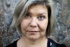 Professori Susanna Paasonen katsoo intensiivisesti suoraan kameraan lähikuvassa.