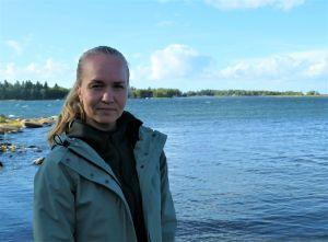 Fd. sprintern Jonna Skrifvars står vid havsstrand.