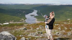 Tiina Kovala Jesper-poikansa kanssa Tenojoella.