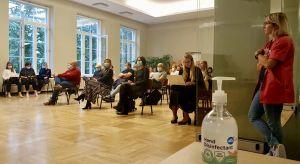 Föräldramöte i Kalamaja põhikool i Tallinn där föräldrarna sitter på en och en halv meters avstånd med ansiktsmask på.