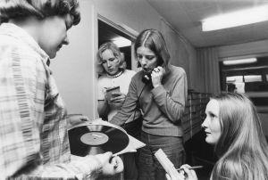 Sävel on vapaa -ohjelmaan äänilevyjä etsimässä Ritva Söderholm, Marjo Ziadi, Anita Wetterstrand ja Heidi Saarela.