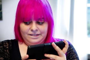 Felicia Prehn kännykkä kädessään.