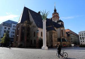 Kyrkan Nikolaikirche i Leipzig badar i höstsolens sken