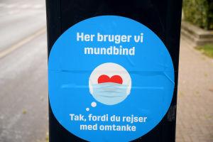 """""""Här använder vi munskydd - tack för att du reser med omtanke"""". Munskydd är obligatoriska bland annat i kollektivtrafiken i Köpenhamn."""