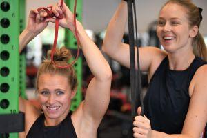 Seglarna Noora Ruskola och Mikaela Wulff på gym.