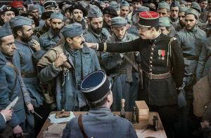Luutnantti Pradelle (Laurent Lafitte) tarttuu Albertia (Albert Dupontel) olkapäästä keskellä isoa sotilasjoukkoa. Kuva elokuvasta Näkemiin taivaassa.