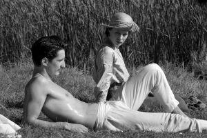 Paidaton Adrien (Pierre Niney) ja Anna (Paula Beer) loikovat kesäisellä nurmikolla elokuvassa Frantz.