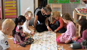 Roller derbyspelaren Malou Winther Lindholm med små barn i sitt jobb som förskollärare.