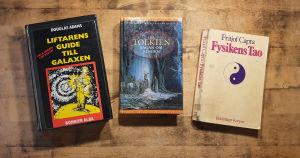 Böckerna Liftarens guide till galaxen av Douglas Adams, Sagan om Ringen av J.R.R Tolkien och Fysikens Tao av Fritjof Capra