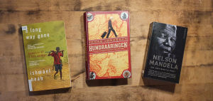 Böckerna Hundraåringen som klev ut genom fönstret och försvann av Jonas Jonasson, Den långa vägen till frihet, Nelson Mandelas självbiografi, A long way gone av Ishmael Beah