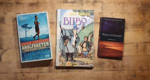 Böckerna Analfabeten som kunde räkna av Jonas Jonasson Bilbo eller en hobs äventyr av J.R.R Tolkien och Alkemisten av Paulo Coelho