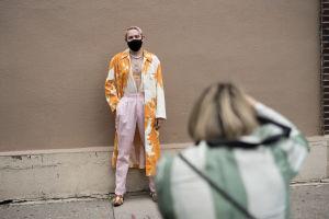 Fotografen Liisa Jokinen tar en bild på en person iförd munskydd i New York.