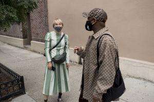 Liisa Jokinen (t.v.) och Antonio Blair i New York. Båda bär munskydd.