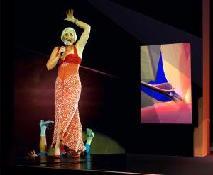 Oopperadiiva Karita Mattila estradilla Markku Pirin suunnittelemassa iltapuvussa.