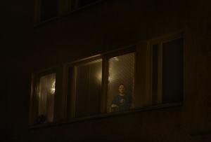 Mies ikkunassa.