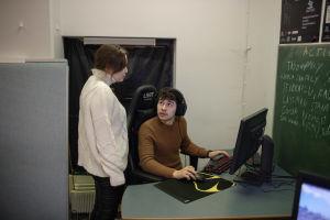 Nainen ja mies ovat tietokoneella.