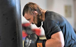 Glenn Sparv boxar mot säck i Vasa, augusti 2020.