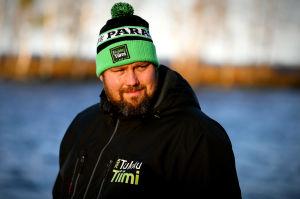 Mika Törrö står nerer vid Höytiäinens strand i morgonsolen