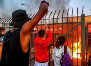 Eldsvåda vid en Carrefour-affär i Porto Alegre efter att en svart man slagits ihjäl i affären.