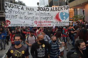 Folkmassa i Sao Paulo demonstrerar för svartas rättigheter.