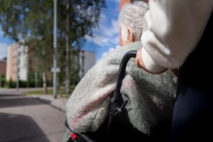 Vanhusta kuljetetaan pyörätuolissa Helsingin Kontulassa.
