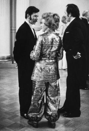 Kuvanveistäjä Johan Finne ja vaimonsa Ani Finne itsenäisyyspäivän juhlavastaanotolla Presidentinlinnassa Helsingissä 6.12.1969.