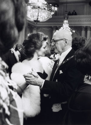 Presidentti Urho Kekkonen tanssii Satu Östring-Procopén kanssa itsenäisyyspäivän juhlavastaanotolla Presidentinlinnassa Helsingissä 6.12.1978.