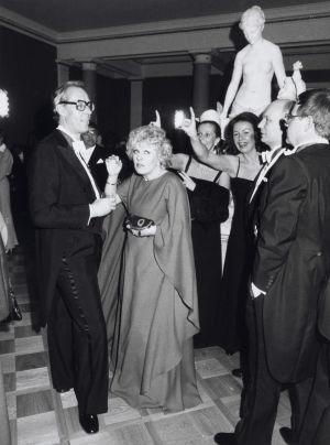 Oy Wärtsilä Ab:n pääjohtaja Tankmar Horn ja näyttelijä Marjatta Leppänen iloisten vieraiden joukossa itsenäisyyspäivän juhlavastaanotolla Presidentinlinnassa Helsingissä  6.12.1977.