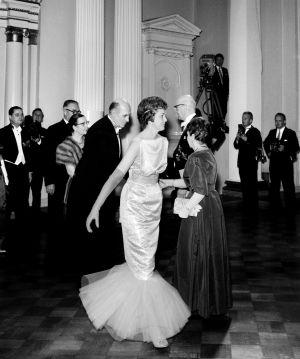 Merenneitomallinen puku Linnan juhlissa vuonna 1960.