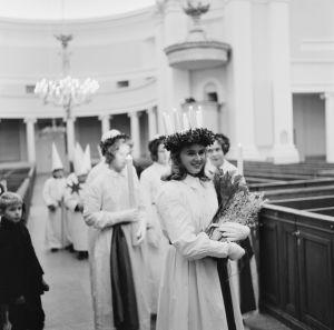 Lucia-neito Ingeborg Spiik seurueineen Tuomiokirkossa Lucian päivänä vuonna 1962.